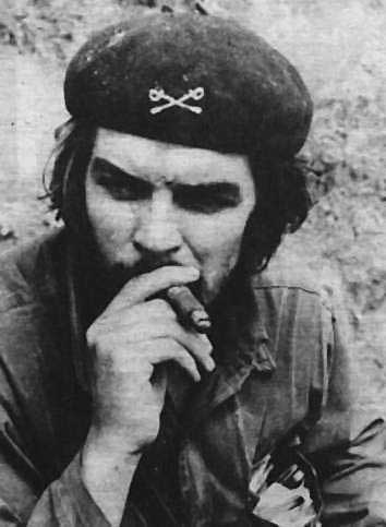 Эрнесто Че Гевара с кубинской сигарой