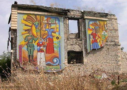 фрески на стенах разрушенных домов