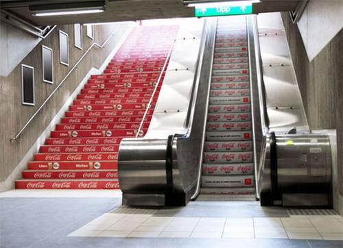 Реклама на эскалаторе и лестнице от Coca-Cola