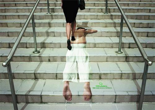 Реклама массажного салона на ступеньках