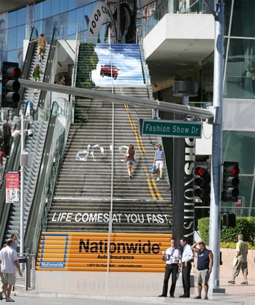 Реклама страховой компании на лестнице