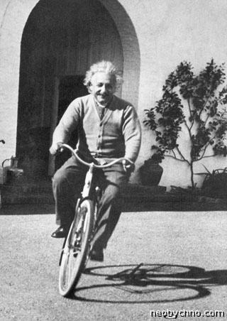 Альбер Эйнштейн на велосипеде