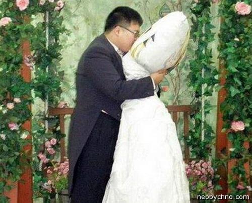 женился на подушке
