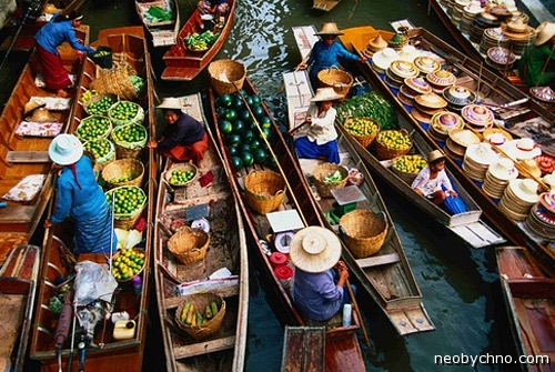 Плавучий рынок в Таиланде