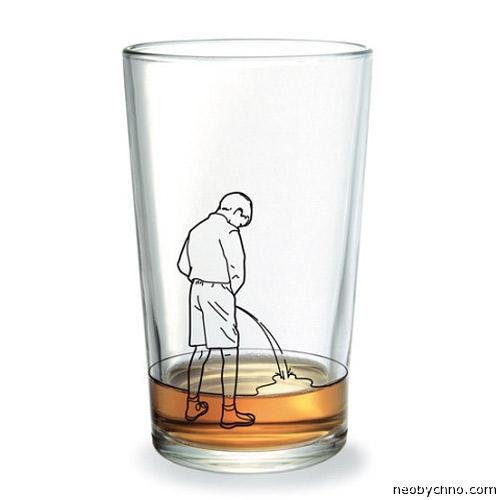 Маленький мальчик пописал в стакан