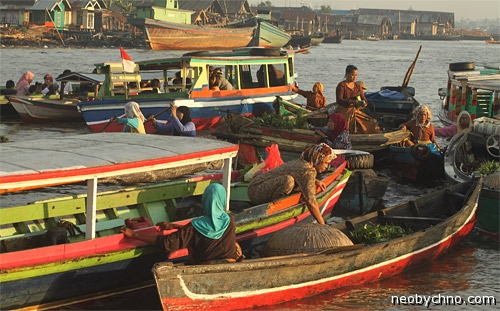Жители Калимантана торгуют с лодок