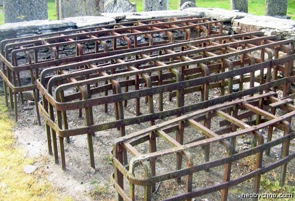 Шотландское кладбище с решетками на могилах