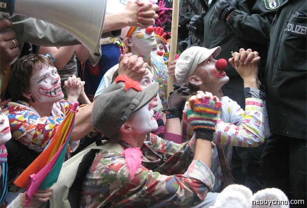 Клоуны протестуют