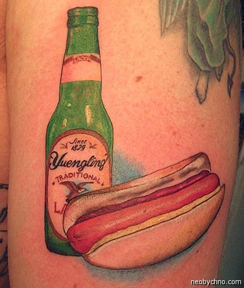 Татуировка с хот-догом и пивом