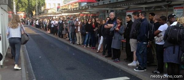 Лондонцы в очереди на автобус