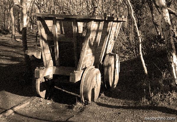 Старинная деревянная вагонетка